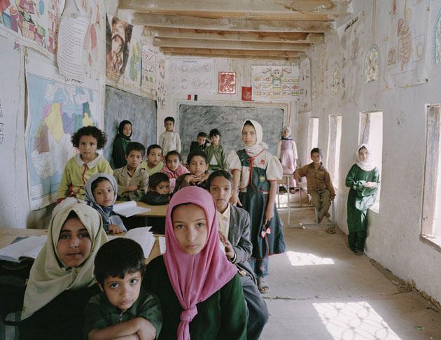 Escola Primária Al Ishraq, AkamatAl Me'gab, Distrito de Manakha, Iêmen.  Alunos do 1 ao 6 ano, aula de revisão.  15 de maio de 2007. Do classroom portraits 2004-2012 de Julian Germain, copyright © Julian Germain, 2012.
