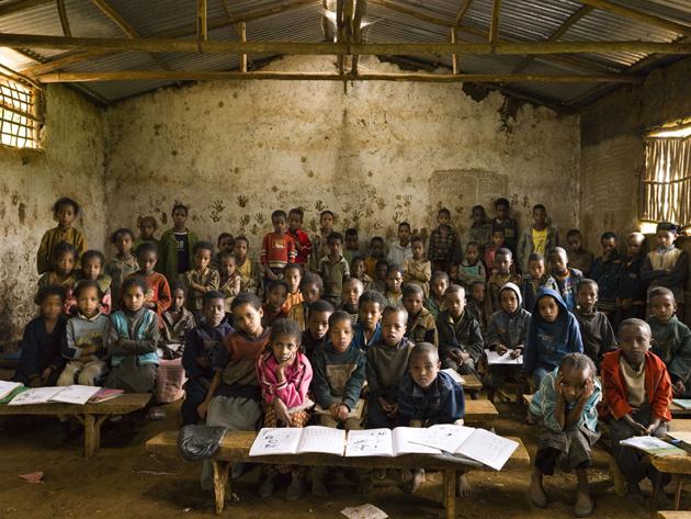 Gambela Elementary School, Gambela, Distrito Welisso, Etiópia. Primeiro ano, aula de música. 9 de outubro de 2009. Do classroom portraits 2004-2012, de Julian Germain, copyright © Julian Germain, 2012.
