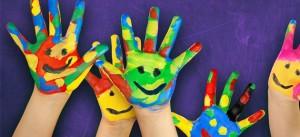 Na imagem vemos mãos pintadas em formatos de rostos