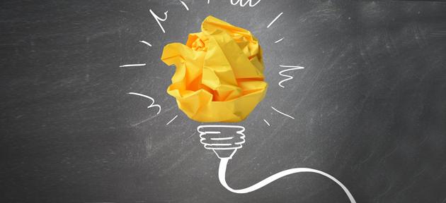 Ilustração mostra lâmpada de papel com soquete e fio desenhado em lousa com giz