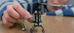 Na imagem vemos uma mão segurando um robô em construção