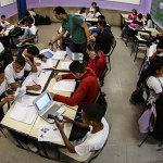 Na aula com ensino híbrido do professor Eric Rodrigues a turma é dividida em grupos