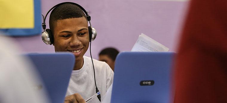 """Para o estudante Kevin William de Souza, o computador em sala de aula """"dá estímulo a estudar"""""""