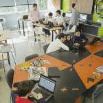 Espaço equipado com impressora 3D, cortadora de vinil e outas ferramentas de prototipagem rápida - Gabo Morales