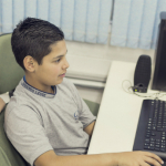Alunos interagem para completar a atividade - Gabo Morales