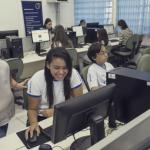 Professora auxilia os alunos durante atividade - Gabo Morales