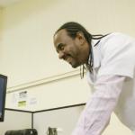 Professor de matemática José Arnaldo Júnior tira dúvidas dos alunos  - Gabo Morales