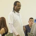 Professor circula pela sala para ajudar os alunos  - Gabo Morales
