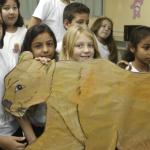 Alunos do Colégio Municipal de Indaial mostram desenho do felino puma - Rafaela Martins