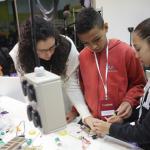 Alunos participam de oficinas no Espaço Maker - Foto: Luciana Serra