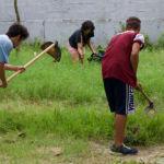 Alunos e voluntários preparam horta na escola Dona Ana Rosa Araújo