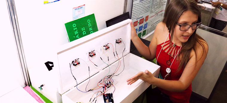 Milena apresenta caixa que acompanha o software durante Fetec MS 2015, realizada em novembro, em Campo Grande