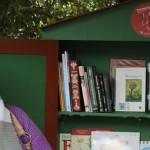 Minibiblioteca no ponto de ônibus Santo Antônio - Foto: Marco Maida / Piracaia na Leitura