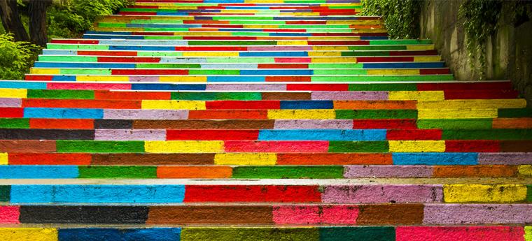 Escada colorida para mostrar os diferentes passos do processo de avaliação de professores