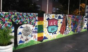 As paredes da escola ganharam cores com desenhos dos alunos - Crédito: Marina Lopes / Porvir
