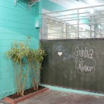 Lousas espalhadas pelos corredores são um convite para deixar recados - Crédito: Marina Lopes / Porvir