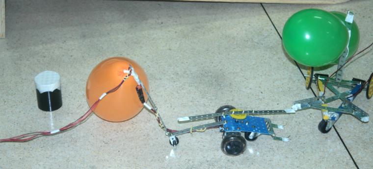 Carrinhos construídos durante oficina de Robótica