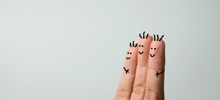 Três dedos com caras desenhadas como se estivessem abraçados