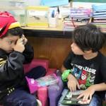 Crianças se divertem em um dos cantinhos brincantes da sala - Crédito: Marina Lopes/Porvir