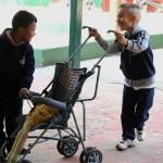 Crianças brincam pela área externa da EMEI Gabriel Prestes - Crédito: Marina Lopes/Porvir