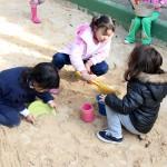 Crianças brincam no tanque de areia da EMEI Gabriel Prestes - Crédito: Marina Lopes/Porvir